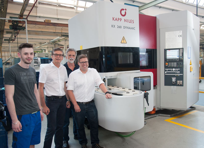 Group picture with generating grinding machine: Eldin Zuban, Otmar Schlachter, Karl Schlachter, Lukas Aigner (from left to right) in front of Kapp KX 260 DYNAMIC